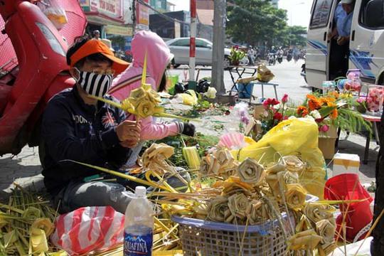 Lượng khách mua đông nên các điểm bán hoa luôn bận rộn với công việc bó hoa, bán hàng.