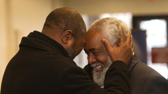 Ông Wiley Bridgeman, 60 tuổi, ông chầm lấy anh trai sau khi được tự do. Ảnh: AP