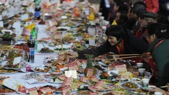 Ăn uống quá nhiều thường xảy ra trong các bữa tiệc năm mới ở Trung Quốc. Ảnh minh họa: Shanghaiist