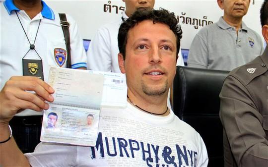 Ông Luigi Maraldi trưng ra hộ chiếu hiện nay bên cạnh các quan chức Thái Lan. Ảnh: YONGYOT PRUKSARAK/EPA