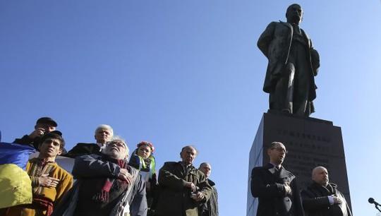 Acting President of Ukraine Oleksandr Thủ tướng tạm quyền Arseniy Yatsenyuk (thứ hai từ phải sang) tại lễ kỷ niệm 200 năm ngày sinh nhà thơ Taras Shevchenko hôm 9-3. Ảnh: Reuters