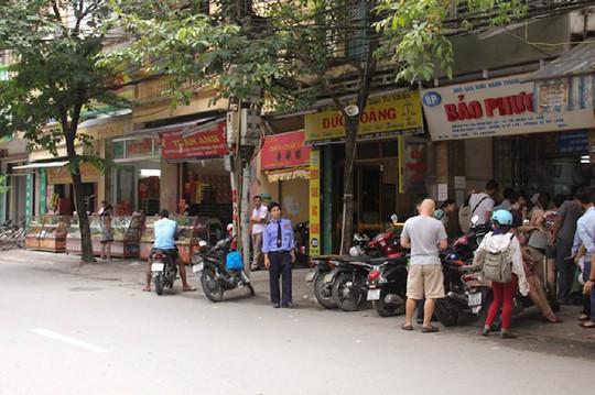 Cảnh đối lập giữa 2 cửa hàng bánh trung thu trên đường Thuỵ Khuê.