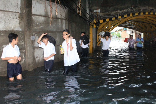 Học sinh bì bõm lội qua dòng nước đen ngòm để về nhà ở phường 3, quận 11, TP HCM