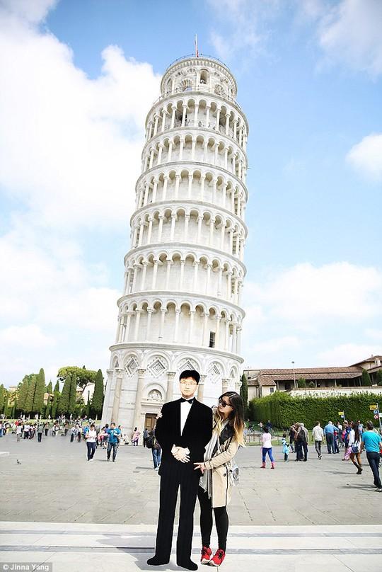 Cô gái ôm hình nộm của cha đi khắp châu Âu