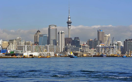 Auckland là thành phố lớn nhất New Zealand. Một phần quan trọng của khu trung tâm thương mại  và bờ biển mặt tiền được xây dựng trên vùng đất lấn biển 100 năm qua.