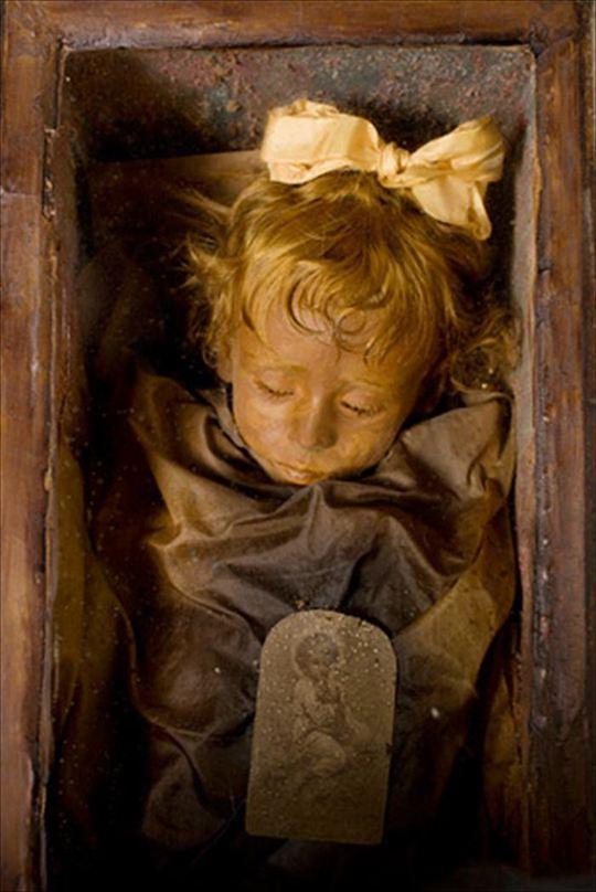 Bé gái 2 tuổi người Ý Rosalia Lombardo chết từ năm 1920