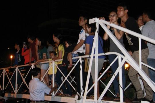 Háo hức xem lễ hội thuyền đăng