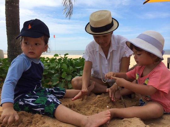 Ba mẹ con nghịch cát
