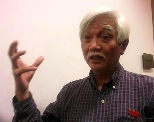 Ông Dương Trung Quốc trả lời báo chí bên hành lang Quốc hội