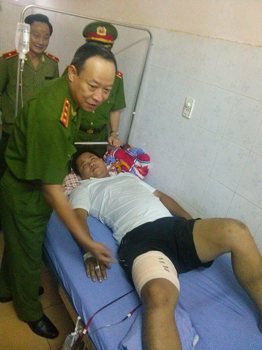 Thượng tướng Ngô Quý Vương thăm hỏi Thiếu uý Nguyễn Mạnh Hà