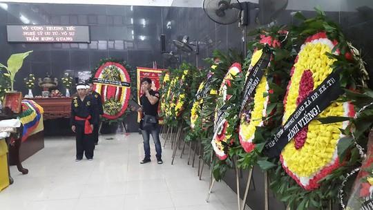 Bên trong nhà tang lễ, các đệ tử và người thân chuẩn bị cho lễ viếng