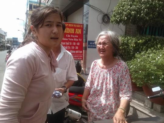 Bà Thanh cùng người thân lo lắng nhìn ngôi nhà bị cháy.