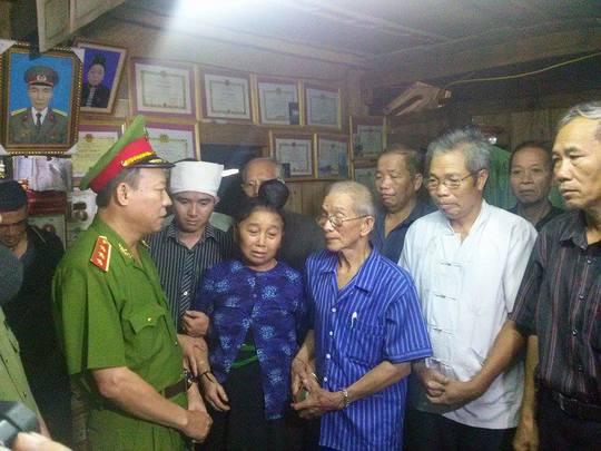 Thượng tướng Lê Quý Vương động viên bố mẹ của đồng chí Chiêm
