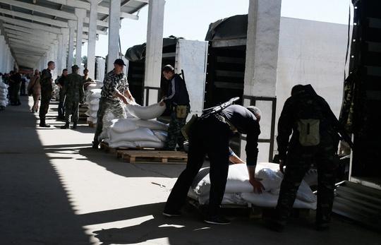 Nga đang chuẩn bị lô hàng viện trợ thứ 4 đến Ukraine. Ảnh: Itar tass