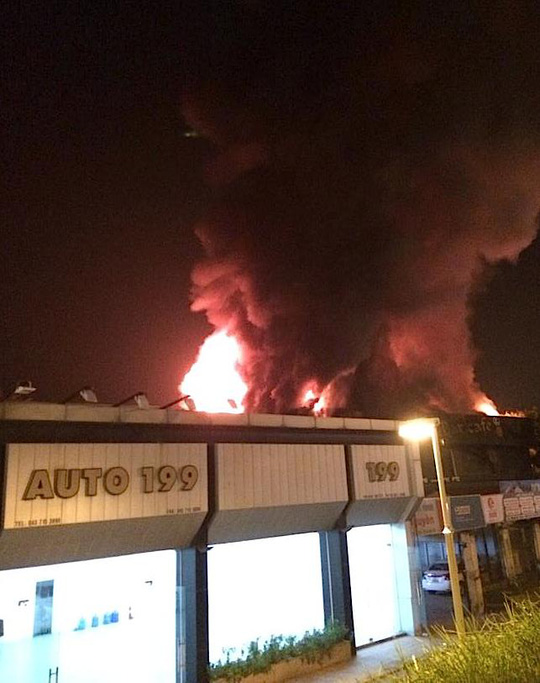 Garage oto sơ tán xe vì sợ lửa lan