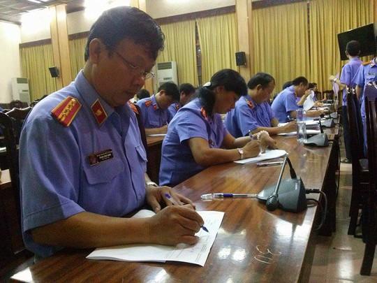 Các thí sinh làm bài nghiêm túc, tuân thủ các quy định phòng thi