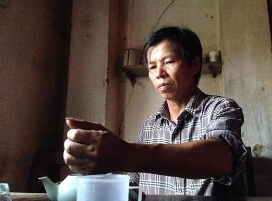 Về nhà, ông Chấn lại được pha trà, hút thuốc lào theo sở thích ngày xưa