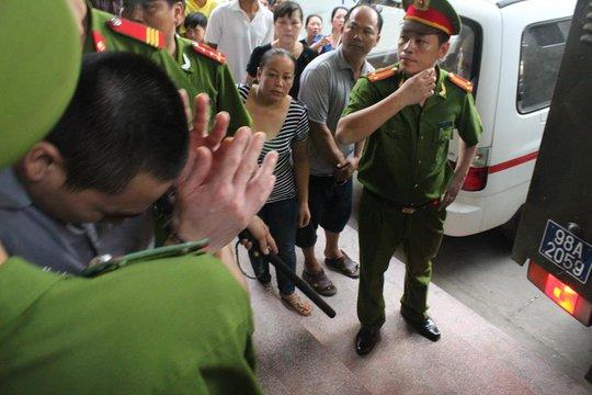 Lý Nguyễn Chung ôm mặt sau cái tát bất ngờ