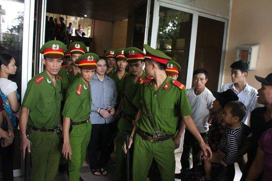 Lý Nguyễn Chung được gần 10 cán bộ hỗ trợ tư pháp đưa ra xe