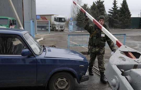 Ukraine mở lại biên giới với Crimea để giải quyết lượng khách tồn đọng, không thể đến Crimea và ngược lại. Ảnh: ITAR-TASS