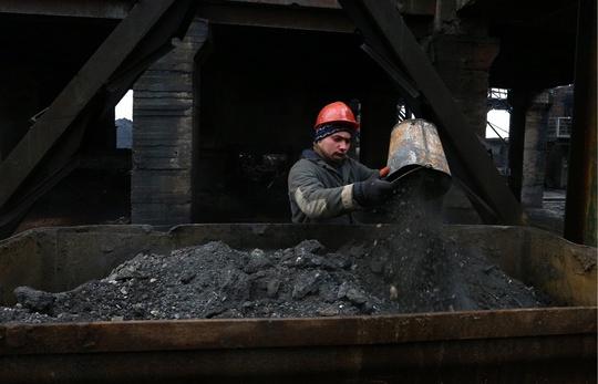 Ukraine có thể mua than của chính quyền nổi dậy và Nga. Ảnh: Tass