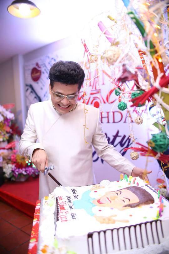 Thanh Bạch cắt bánh sinh nhật