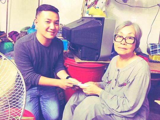 MC Anh Khoa trao tiền giúp đỡ cho nghệ sĩ Trang Thanh Xuân
