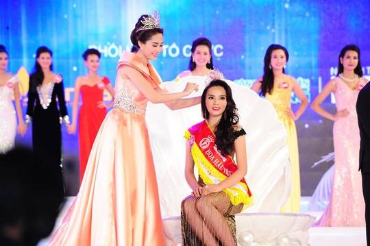 Hoa hậu Việt Nam 2012 trao vương miện cho tân Hoa hậu Việt Nam Kỳ Duyên