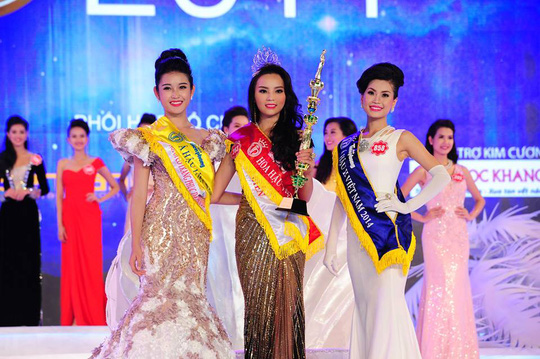 Nguyễn Cao Kỳ Duyên trong giây phút đăng quang. Đứng cạnh cô phía bên trái là Á hậu 1 Huyền My, bên phải là Á hậu 2 Diễm Trang
