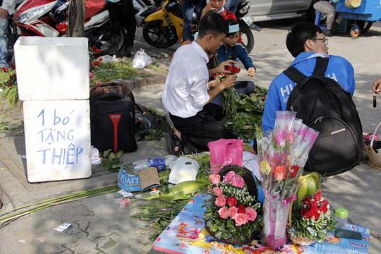 Một nhóm tình nguyện của Trường ĐH Hutech còn tận dụng dịp 20-10 để bán hoa tặng kèm thiệp để gây quỹ cho trẻ em nghèo.