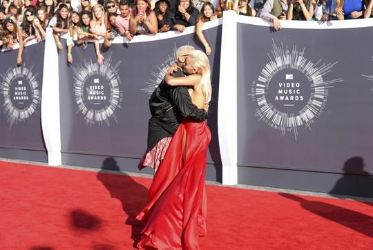 Rita ôm chầm Chris Brown