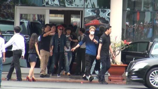 Trước đó, Kim Jaejoong (áo thun xanh đen, đeo khẩu trang) cũng thân thiện chào các fan Việt. Ba thành viên của nhóm xuất hiện chớp nhoáng tại sân bay trước khi về khách sạn nghỉ ngơi chuẩn bị cho buổi gặp gỡ truyền thông. Ảnh: Quốc Thắng