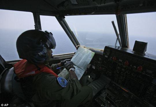 Máy bay Indonesia tham gia tìm kiếm. Ảnh: AP