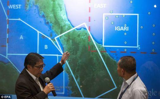 Cục trưởng Cục Hàng không dân dụng Malaysia Azharuddin Abdul Rahman (trái) trong cuộc họp báo chiều 10-3. Ảnh: EPA