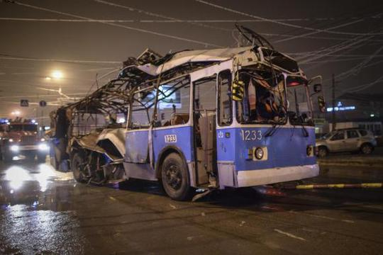 Chiếc xe buýt điện bị đánh bom vào ngày 30-12 năm ngoái. Ảnh: Reuters