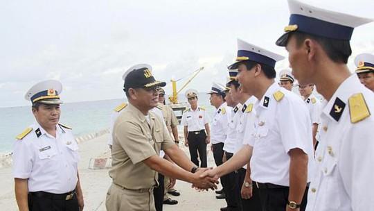 Sĩ quan hải quân Việt Nam và Philippines giao lưu tại đảo Song Tử Tây thuộc quần đảo Trường Sa của Việt Nam ngày 8-6  Ảnh: REUTERS