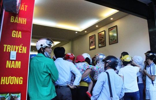 Người dân chen nhau mua bánh trung thu truyền thống tại tiệm bánh Nam Hương đường Tống Duy Tân, TP Thanh Hóa.