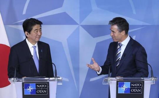 Thủ tướng Nhật Bản Shinzo Abe và Tổng thư ký NATO Anders Fogh Rasmussen. Ảnh: Reuters