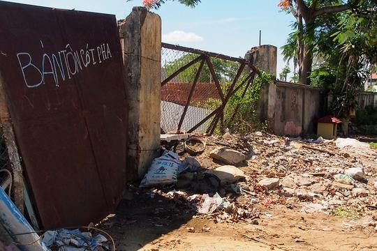 Ngay phía ngoài tường rào của dự án là những bãi đổ xà bần, rác thải... Phó chủ tịch UBND TP Đà Nẵng Võ Duy Khương cho biết, theo luật mới nếu sau 2 năm mà dự án không triển khai thì thành phố sẽ thu hồi mà không phải đền bù, không riêng gì dự án của tập đoàn Thiên Thanh.