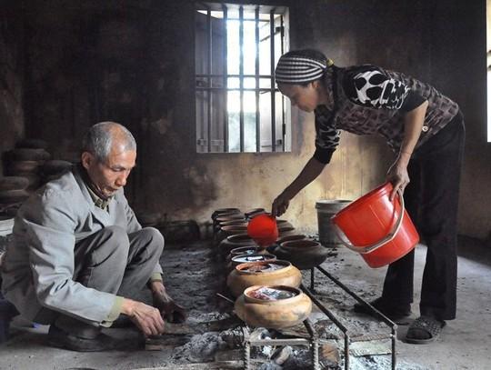 Khi những niêu cá được đưa lên bếp, người dâ sẽ cho một ít nước mắm pha với nước nóng vào niêu cá.