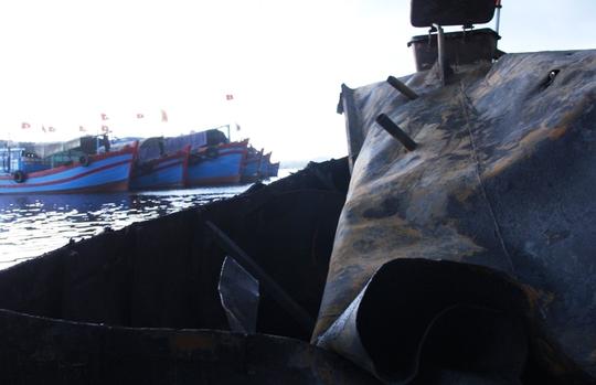 Hầm chứa dầu bị bật tung nắp sau vụ nổ. Nguyên nhân vẫn đang được điều tra