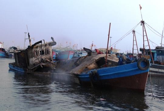 Chiếc tàu chở dầu phát nổ trên Cảng cá Lạch Bạng - Thanh Hóa.