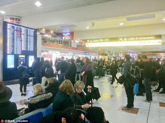 Hành khách chờ đợi vì bị hoãn chuyến ở sân bay Gatwick. Ảnh: Daily Mail