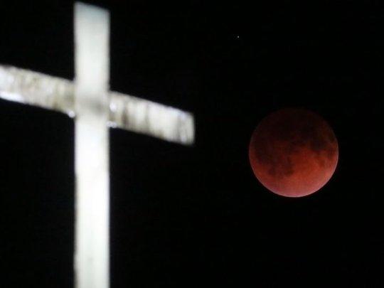 Trăng máu và cây thánh giá ở nhà thờ St. Olaf Lutheran, TP Ashippun, Wisconsin (Mỹ) Ảnh: AP