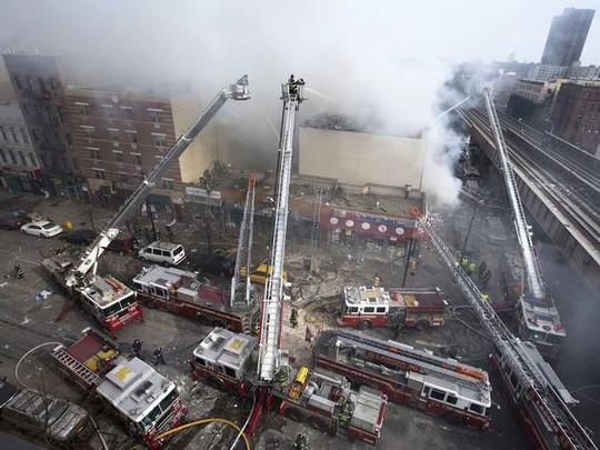 Khoảng 200 lính cứu hỏa đến hiện trường. Ảnh: New York Daily News