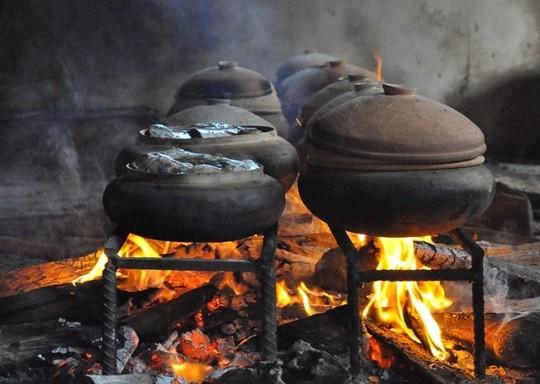 Cá được kho trong thời gian 12 - 15 tiếng đồng hồ. Người đun phải đảm bảo ngọn lửa cháy đều và nước trong nồi luôn phải sôi.