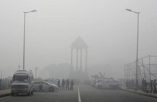 Thành phố New Delhi đầy bụi mù. Ảnh: Reuters