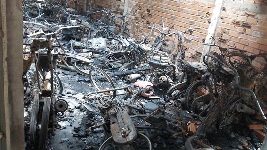 Hiện trường nơi xảy ra cháy kho của tiệm cầm đồ, làm 60 xe máy cháy rụi
