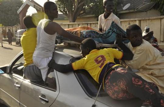 Những người bị thương được đưa tới bệnh viện. Ít nhất 81 người đã thiệt mạng. Ảnh: Reuters