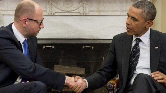 Tổng thống Obama (phải) hứa sát cánh với Ukraine. Ảnh: BBC